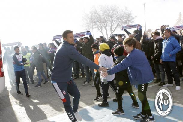 Ernesto saludando a un aficionado. Fotografía: Rayo Majadahonda