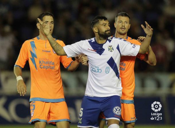 Galán sujetando a un rival en una jugada a balón parado   Fotografía: La Liga