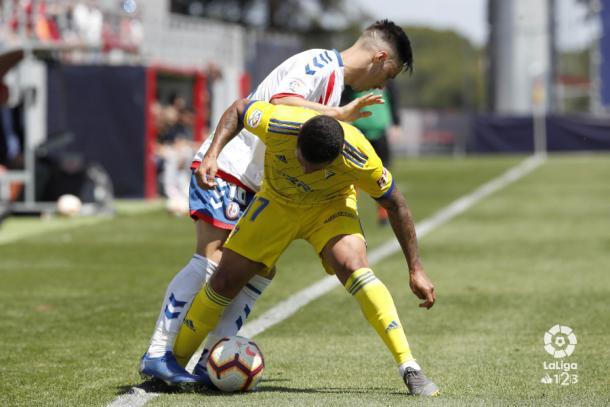 Iza luchando el balón ante un rival del Cádiz. Fotografía: La Liga