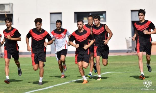 Jugadores junto a Michel corriendo en la Ciudad Deportiva. Fotografía: Rayo Vallecano S.A.D