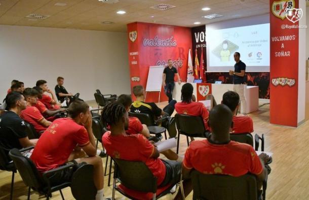 Jugadores esta mañana en la charla sobre el VAR. Fotografía: Rayo Vallecano S.A.D