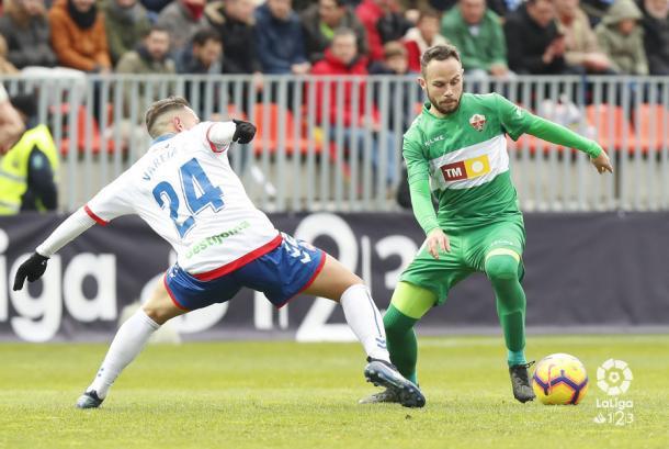 Varela intentando robar el balón. Fotografía: La Liga