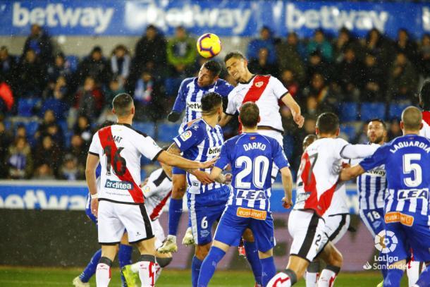 Velázquez peleando un balón | Fotografía: La Liga
