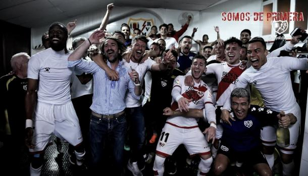 Jugadores, cuerpo técnico y directiva celebrando el ascenso en el vestuario. Fotografía: Rayo Vallecano S.A.D
