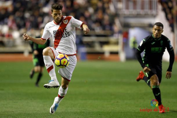 Ernesto Galán controlando el balón durante un partido. Fotografía: La Liga