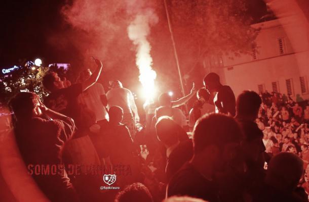 Jugadores celebrando el ascenso con la afición. Fotografía: Rayo Vallecano S.A.D