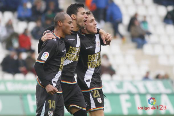 Joni Montiel celebrando junto a Javi Guerra y Baiano un gol. Fotografía: La Liga