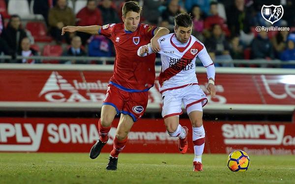 Adrián Embarba tratando de irse de un rival. Fotografía: Rayo Vallecano S.A.D.