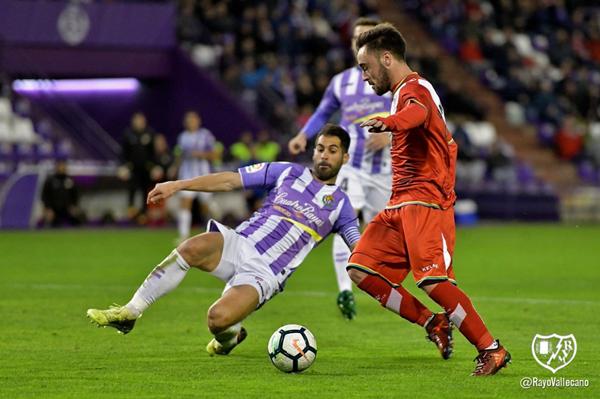Unai López tratando de ganar la partida a un rival   Fotografía: Rayo Vallecano S.A.D.