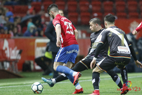Jordi Calavera tratando de irse de Embarba | Fotografía: La Liga