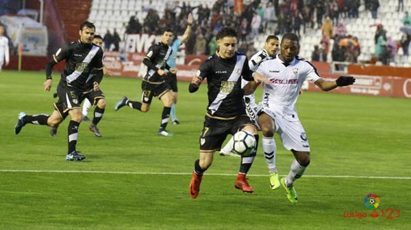 Álex Moreno tratando de mantener un balón | Fotografía: La Liga
