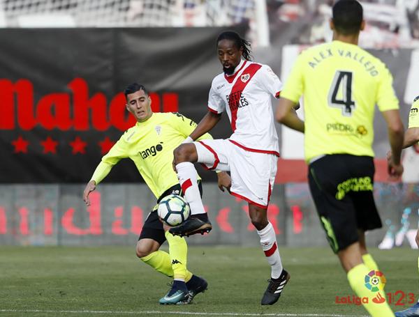 Abdoulaye Ba tratando de llevarse un balón | Fotografía: La Liga