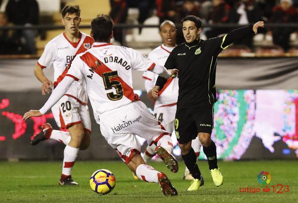 Jugadores de Rayo Alcorcón disputándose el esférico | Fotografía: La Liga
