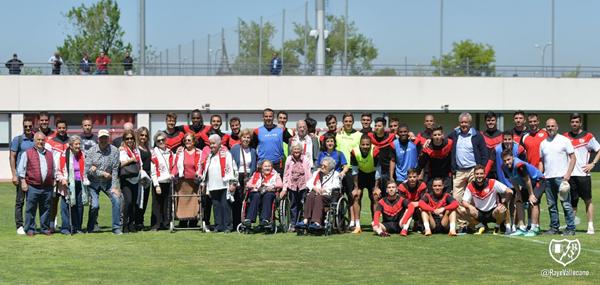 Jugadores del Rayo Vallecano posando junto a la visita recibida   Fotografía: Rayo Vallecano S.A.D.