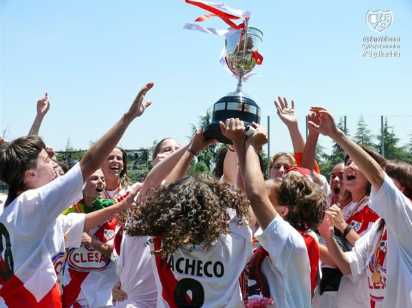 Las jugadoras del Rayo Femenino levantando la Copa de la Reina | Fotografía: Rayo Femenino