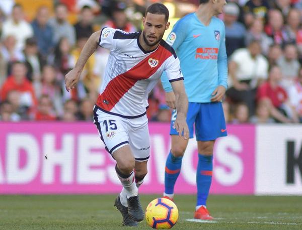 Mario Suárez conduciendo el balón | Fotografía: Rayo Vallecano S.A.D.