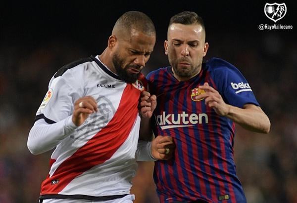 Bebé tratando de detener a Jordi Alba | Fotografía: Rayo Vallecano S.A.D.