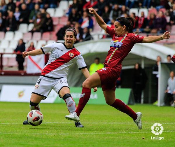 Pilar García tratando de llevarse el esférico | Fotografía: La Liga