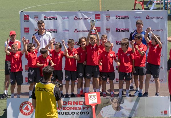 El Benjamín A recogiendo el premio de campeones de Liga | Fotografía: Rayo Vallecano S.A.D.