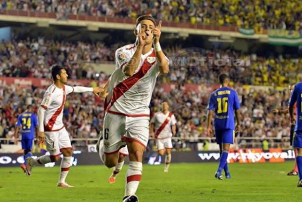 Álex Moreno celebrando su gol ante el Cádiz   Fotografía: Rayo Vallecano S.A.D.