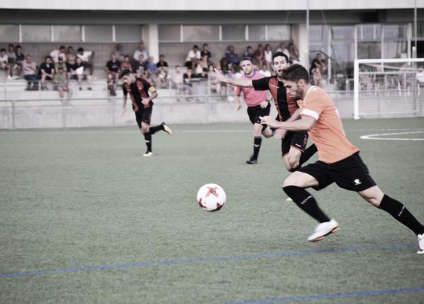 Fran Carbia disputando el balón. // Foto: CF Reus Deportiu
