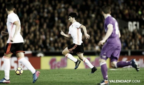 Carlos Soler ante el Real Madrid / Foto: Valencia CF
