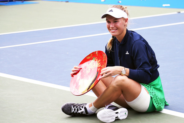 Wozniacki poses with her first title of the season in Tokyo (Photo by Koji Watanabe / Getty Images)