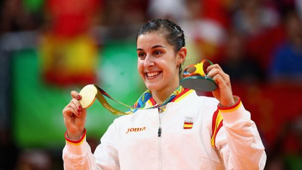 Carolina Marín posa con su oro en badminton   Fuente: Reuters.