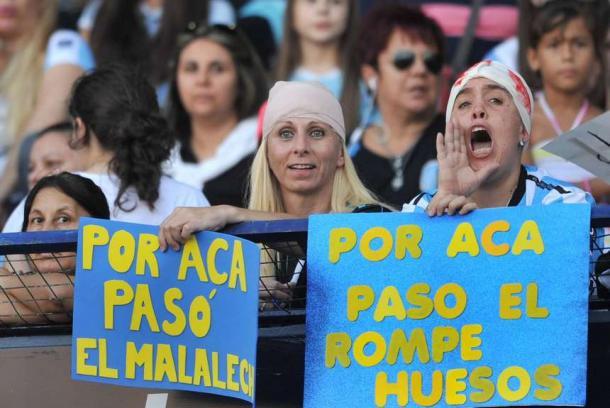 En la platea femenina aparecían carteles contra Tevez / Foto: Olé
