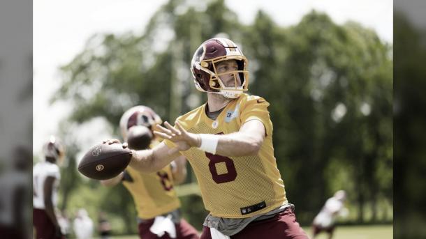 El mariscal de campo Casey Keenum practicando por primera vez en los Redskins (foto Redskins.com)