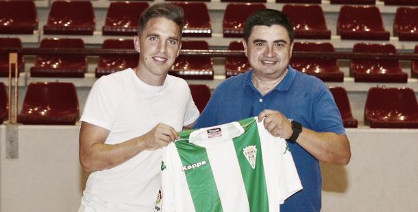 'Catiti' posa con la camiseta del Córdoba | Foto: @CordobaFutsal