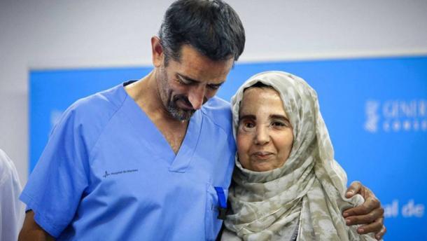 El doctor Cavadas con su paciente Samira Benhar. Foto: MÒNICA TORRES | ATLAS