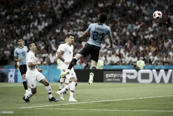 Edinson Cavani remata para hacer el primer gol frente a Portugal / Fuente: Getty Images