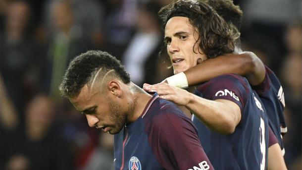 Cavani pone el brazo a Neymar para relajar la tensión tras su discusión / Fuente: París Saint-Germain