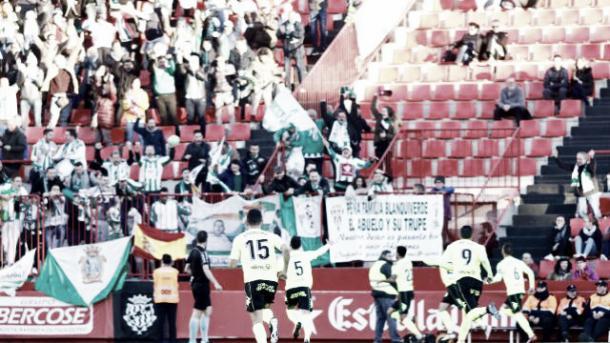 Jugadores blanquiverdes celebrando un gol junto a su afición desplazada a Tarragona