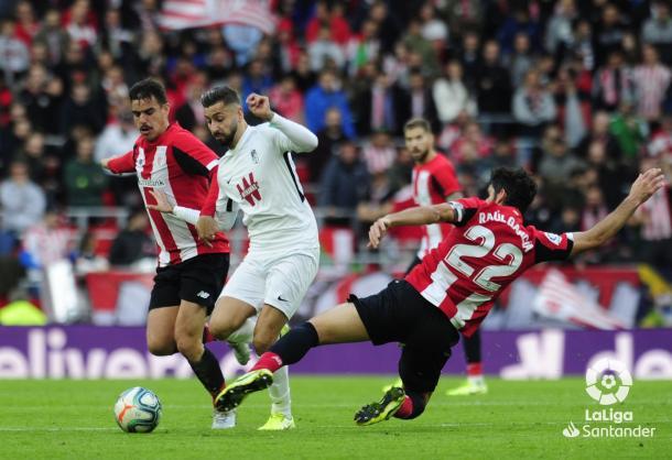 Vadillo, en un lance ante Raúl García. Foto: La Liga