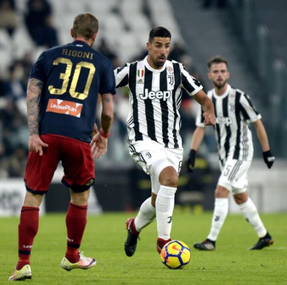 Khedira conduce un balón durante el partido // Fuente: Juventus