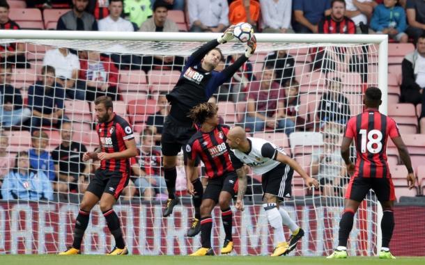 Begovic atajando un balón ante el Valencia en pretemporada. Fuente: Bournemouth (Twitter)