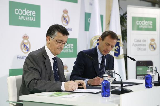 Emilio Butragueño firma el contrato con Codere. Fuente: Codere