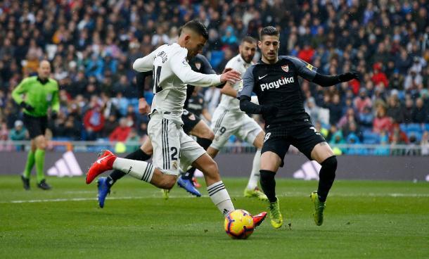 Ceballos frente a Escudero intenta central al área I Foto: Real Madrid