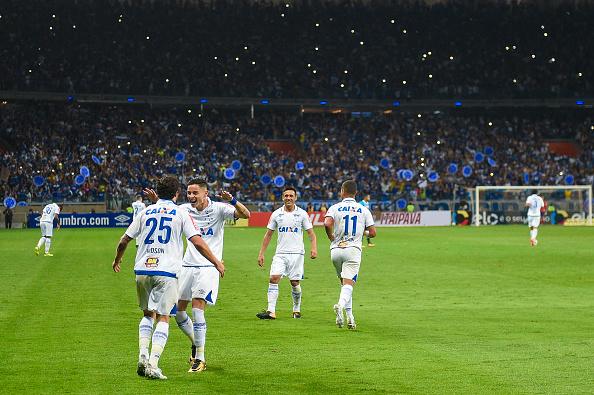 Hudson e Diogo Barbosa celebram, juntos, o gol do Cruzeiro (Foto: Pedro Vilela/Getty Images)