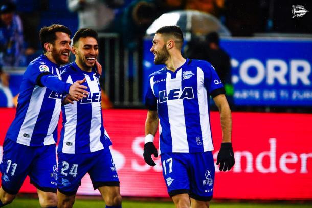 Ibai y Munir van a felicitar a Pedraza, tras su gol frente al Celta. Fuente: deportivoalaves.com