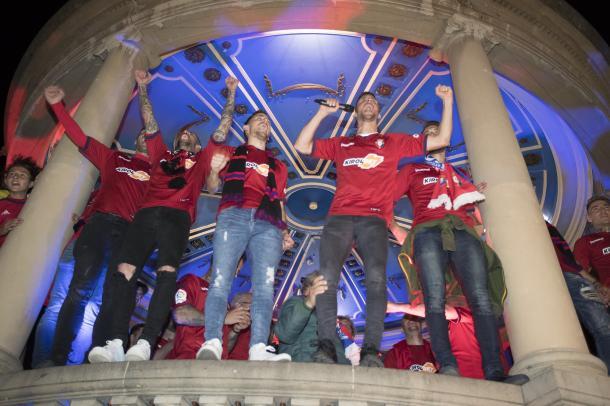 Los jugadores rojillos celebran el ascenso en la plaza del Castillo. Foto: Osasuna