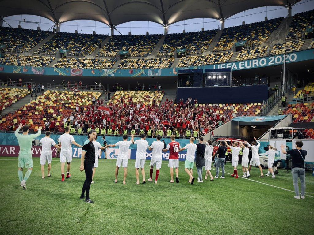 Selección austriaca celebrando con la afición la victoria Foto: UEFA.com