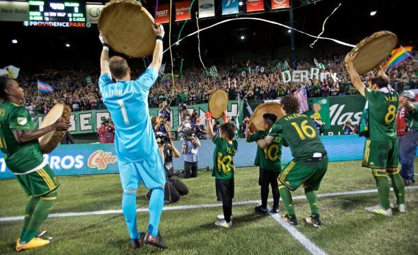 Los jugadores celebran la victoria con su afición // Imagen: Portland Timbers