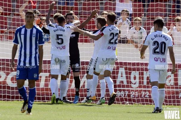 Varios jugadores celebrando la victoria en casa frente al Lorca / Foto: J. Mondéjar - VAVEL