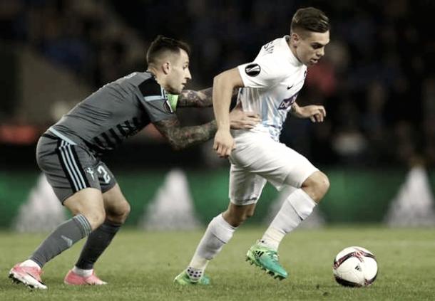 Hugo Mallo intenta robarle el balón a Trossard. Foto: EFE