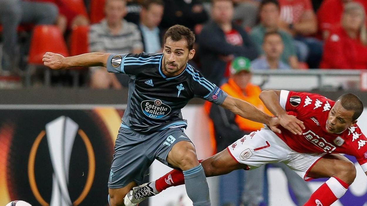 Jonny Otto roba un balón al jugador del Standard, Mathieu Dossevi / Foto: Getty Images