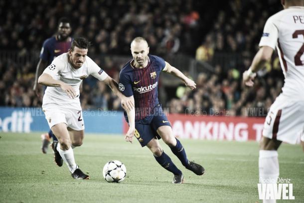 Andrés Iniesta controlando el balón junto a un rival l Foto: Noelia Déniz - VAVEL