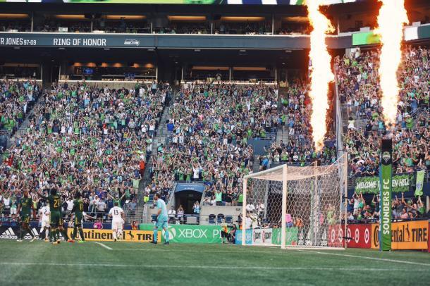 La afición local celebró por todo lo alto el primer gol del partido // Imagen: Seattle Sounders